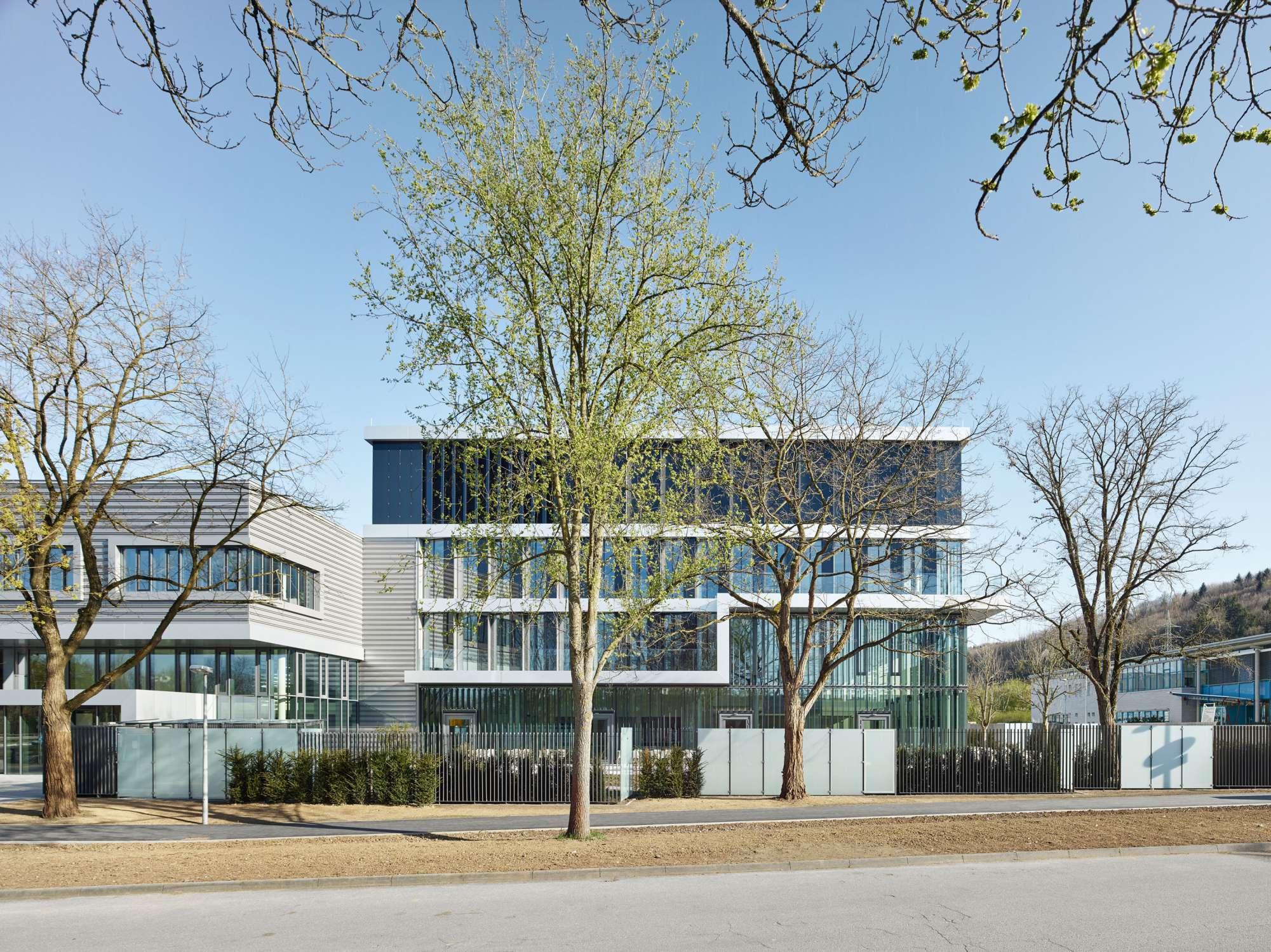 Verwaltungs- und Infrastrukturgebäude